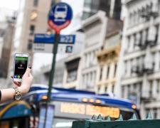 Una app de NaviLens facilita a usuarios ciegos la localización de las paradas de autobús.