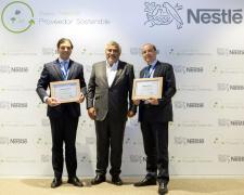 El director general de Nestlé España, Laurent Dereux, entre los responsables de las dos compañías premiadas.