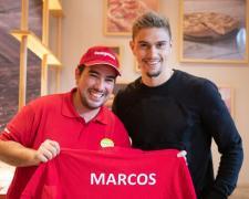 Marcos luce su camiseta junto al jugador del Rayo Vallecano Emiliano Velázquez.