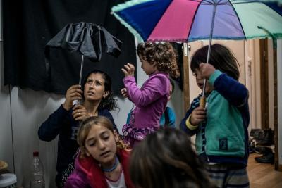 Niños refugiados con paraguas
