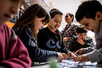 Niños refugiados aprendiendo en la escuela
