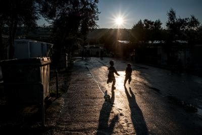 Niños refugiados jugando en el campo de Lesvos