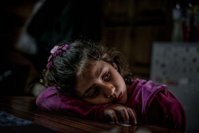 Niña refugiada atrapada en europa